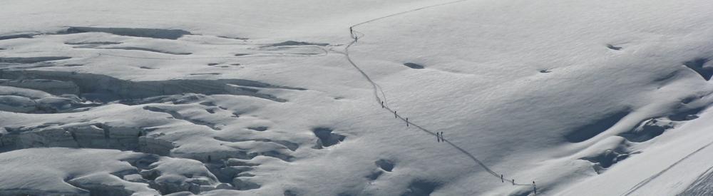 Skiers_crossing_the_Mer_De_Glace2-b608e3f05393696ed8cce3adabd58369.jpg